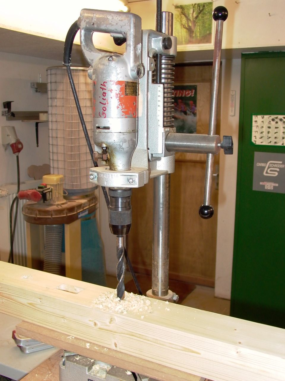 Anfertigen von 16mm Bohrungen mit der Ständerbohrmaschine