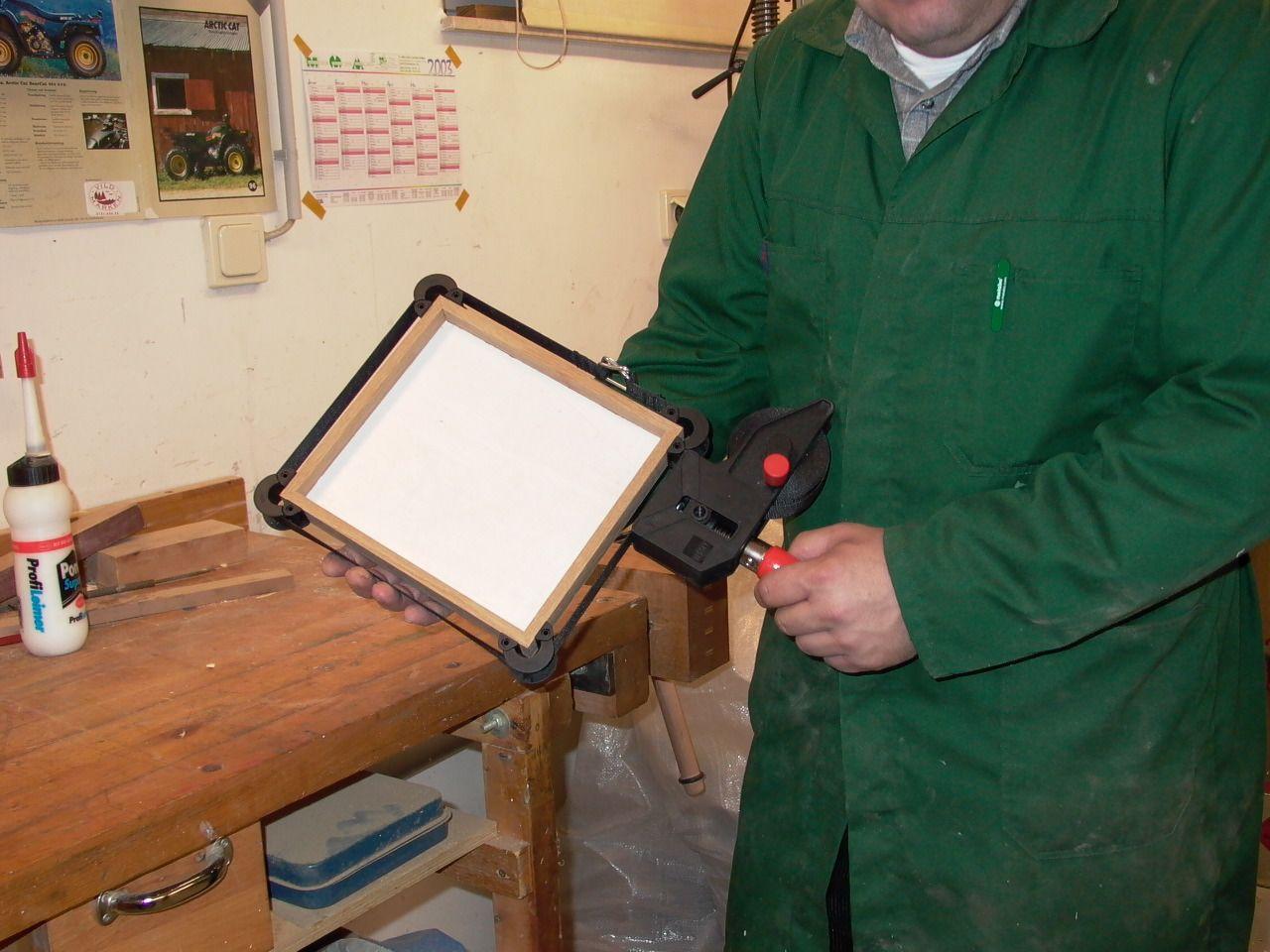 Spannen eines Bilderrahmens mit dem Bessey Rahmenspanner