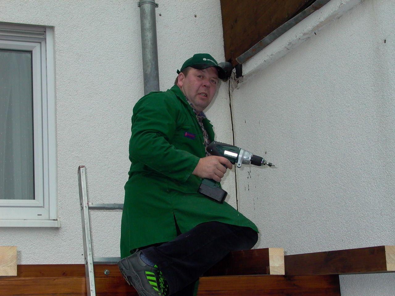 Befestigen von Sparren des Vordachs im Werkstatteingang mit neuem Schrauber