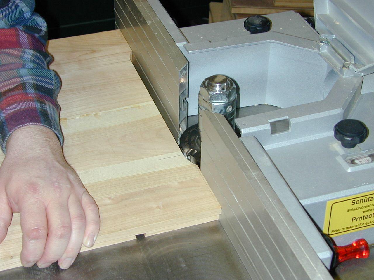 Einsatzfräsen auf der Tischfräse mit dem Falzkopf zur Ausarbeitung der Stellfüße